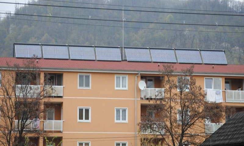 Instalatie panouri solare termice acoperis bloc