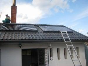 Panouri-solare-casa-tigla-metalica-neagra