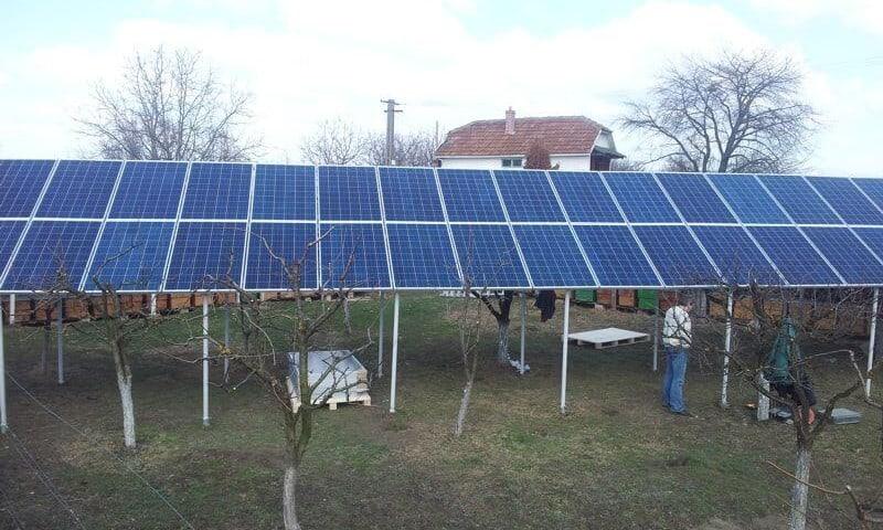 Panouri solare fotovoltaice montate in curte
