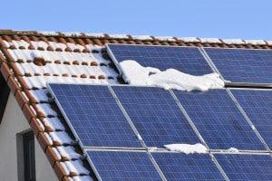 curatare-panouri-solare-iarna