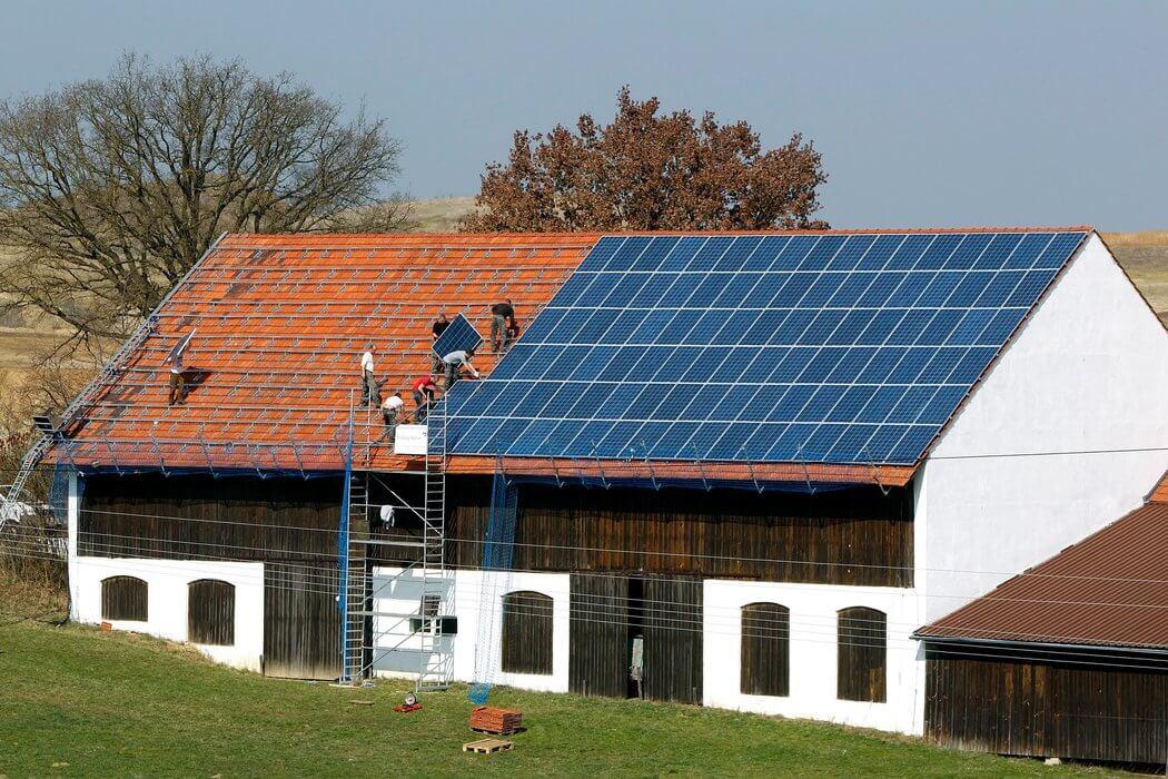 panouri solare instalate pe acoperis casa
